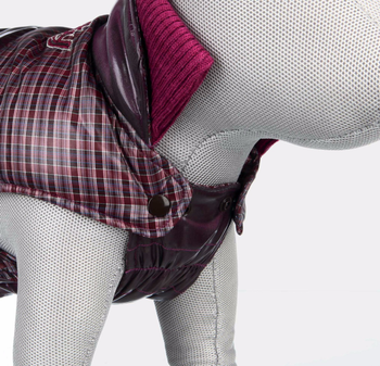 met vuilafstotende binnenvoering en wattering met elastische borstflap met opstaande kraag met modieus detail op de rug met drukknopen doorgestikt van polyester kleur: aubergine      Maat: XXS: Buikomvang 30-34 cm. Lengte 24 cm.