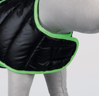 met zachte fleece voering en wattering met modieus stiksel op de rug beenlussen voor de achterpoten met klittenbandsluiting doorgestikt van polyester kleur: zwart/groen  Maat: M: Buikomvang 40-56 cm. Lengte 50 cm.