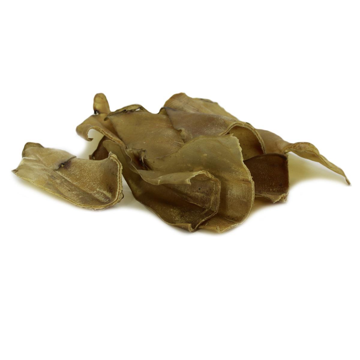 Gedroogde runderoren, meest populaire en bekende kauwsnack voor honden. Runderoren zijn vetarmer dan varkensoren en taaier door een andere samenstelling. Doordat ze iets taaier zijn gaan ze ook langer mee en heeft je hond er langer plezier van. Voordeelpakket ca. 100 stuks, 100% natuurlijk product. Gezonde kauw snack, door het hoge gehalte kraakbeen moet er behoorlijk geknabbeld worden waarbij het tandvlees wordt gemasseerd en het gebit gereinigd!  Gemaakt van verse grondstoffen. Premium kwaliteit. Vetarm. Zonder chemische toevoegingen. Zonder geur- of smaakstoffen. Met zorg gedroogd, puur natuur. Gebitsverzorgende snack Zeer geschikt als beloningsnack of tussendoortje. Je hond is er dol op!