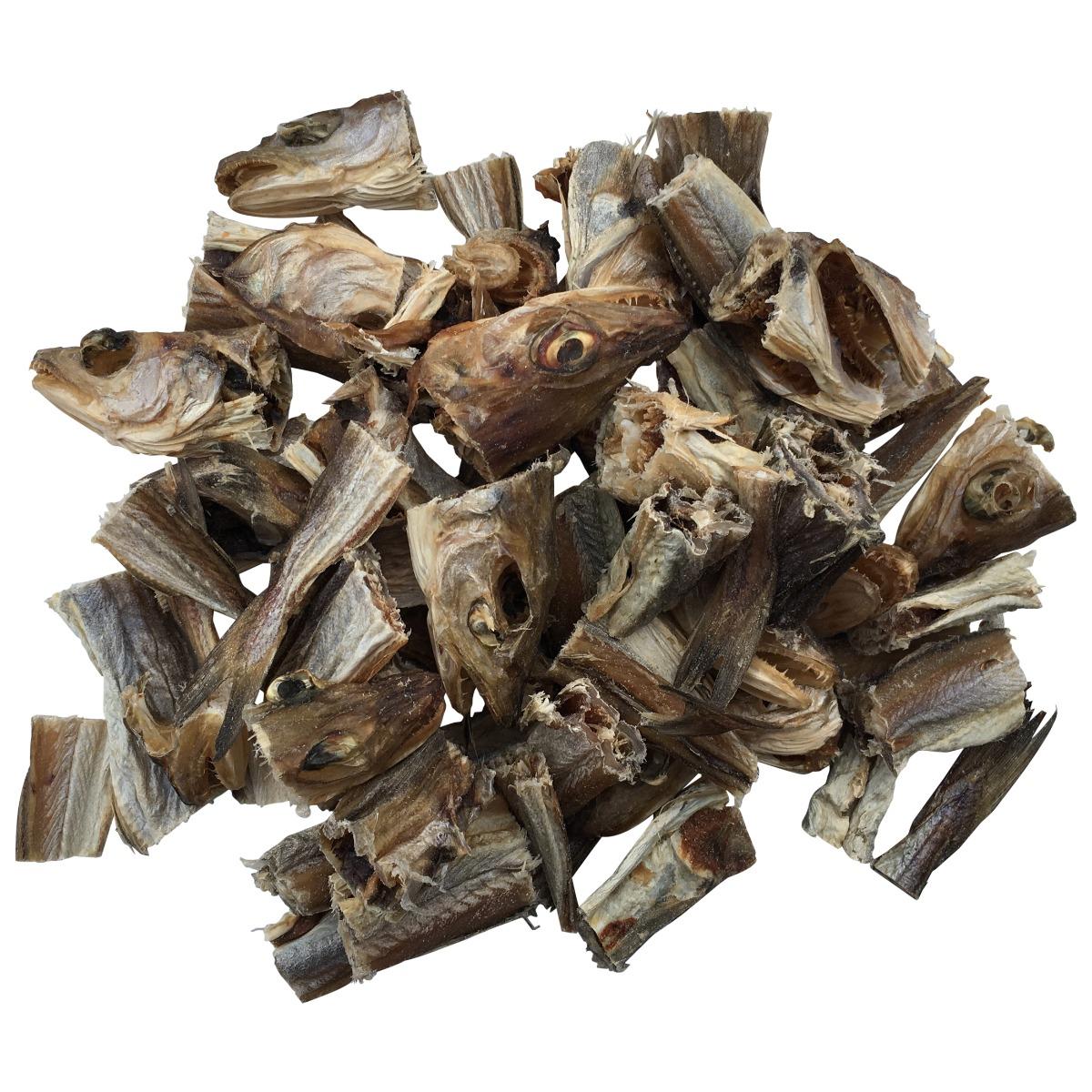 Wat is hondenstokvis? Hondenstokvis is vers gevangen vis die in de buitenlucht wordt gedroogd door de Noorse zon. Door deze luchtdroging wordt het vocht aan de vis onttrokken. Alleen de waardevolle bestanddelen blijven, in geconcentreerde vorm, behouden. De vis wordt nu in handige stukjes gezaagd en geschikt gemaakt voor consumptie. Dit hoogwaardige kwaliteitsproduct is licht verteerbaar en kan zowel als bijvoeding of als hoofdmaaltijd worden gegeven. Voedzaam krachtvoer De voedingswaarde van hondenstokvis is bijzonder groot. 1 kg hondenstokvis komt overeen met 5 kg verse vis. Als hoofdmaaltijd voert u uw hond 1/5 deel van wat u normaal aan vis of vlees voert. Laat hem daarbij zoveel water drinken als hij lust. Eventueel kan bruinbrood de maaltijd compleet maken. Hierdoor ontstaat een goede en gezonde maagvulling zonder dat de maag overbelast wordt. Uw hond smult ervan Ja, uw hond zal hondenstokvis lekker vinden en hij kan er heerlijk op knagen...dat doet uw hond van nature graag. Geef hem als bijvoeding 's morgens en 's avonds een stukje stokvis, hij is u er dankbaar voor. 'n Glanzende vacht Reeds na enige dagen ziet u resultaat van dit voedsel. De vacht wordt zichtbaar zachter en gladder, uw hond is levendiger en straalt vitaliteit uit. Probeer het vandaag nog. Houdbaarheid Hondenstokvis is lang houdbaar als het koel en droog bewaard wordt (bijvoorbeeld in een afgesloten trommel of emmer). Ook voor puppies Juist voor jonge honden is een goede voeding belangrijk. Puppies, zo uit een nest moeten gelijk aan krachtig en gezond voer gewend raken. Ook helpt een het een sterk gebit te krijgen. Geef ze daarom geregeld een stukje hondenstokvis.