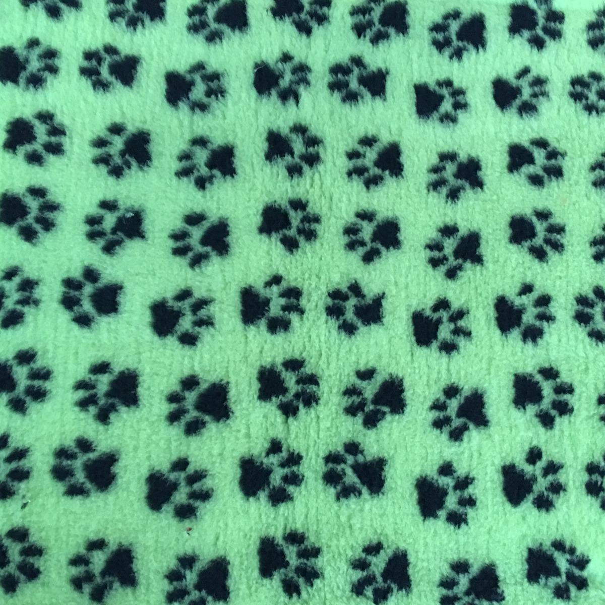 Let bij het vergelijken van Vetbedden op de poolhoogte en het gramsgewicht/m2!  Formaat 150 x 100 cm. Premium kwaliteit met anti-slip backing. Waterdoorlatend, warmte isolerend. Anti-allergeen. Uitstekende kwaliteit, 1700 gr/m2 poolhoogte 22 mm! Ideaal voor pups en in de mand of werpkist. Kleuren: groen met zwarte pootjes.  Tips:  Latex anti-slip is wasbaar op 40 graden. Kan in de droger. (op de koudste stand) Niet in de volle zon drogen, latex is een natuurproduct.