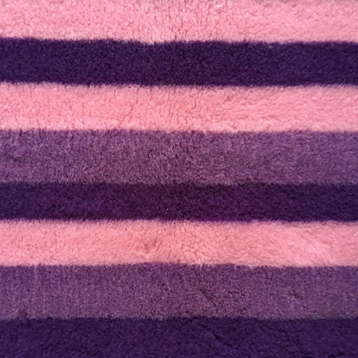 Let bij het vergelijken van Vetbedden op de poolhoogte en het gramsgewicht/m2!  Formaat 150 x 100 cm. Premium kwaliteit met anti-slip backing. Waterdoorlatend, warmte isolerend. Anti-allergeen. Uitstekende kwaliteit, 1700 gr/m2 poolhoogte 22 mm! Ideaal voor pups en in de mand of werpkist. Kleuren: streepmotief met diverse tinten paars en roze.  Tips:  Latex anti-slip is wasbaar op 40 graden. Kan in de droger. (op de koudste stand) Niet in de volle zon drogen, latex is een natuurproduct.