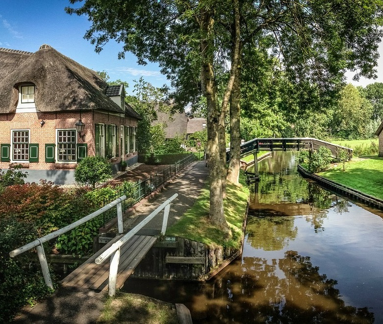 Small group full-day trip to Giethoorn & outlet shopping centre Bataviastad -  - Gouda Giethoorn