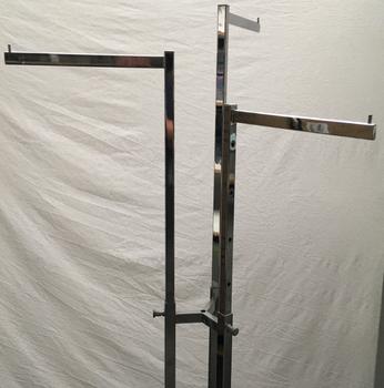 Mooi verchroomd, verrijdbaar kledingrek. Drie apart in hoogte verstelbare zijstangen voor hangkleding presentatie. Gebruikt, met lichte gebruikssporen.