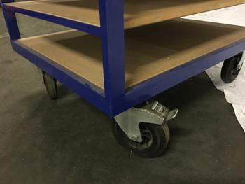 Plateau wagen, zware uitvoering. 9 lagen, zware uitvoering kan heel veel gewicht hebben, planken kunnen ook gemakkelijk verwijderd worden voor een grotere tussenruimte. Grote wielen doorsnede ca. 20 cm., twee vast en twee draaibaar met rem. Afmetingen: 80 x 105 cm. Hoogte: 180 cm. Nieuwprijs ligt rond 895,- ex. btw.! Op dit moment hebben we rode en blauwe in voorraad. Gebruikte met gebruiksporen. Product is een afhaalprijs, verzenden is bij dit product geen optie.