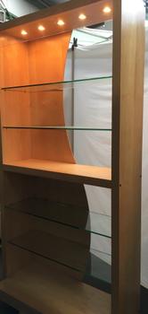 Open presentatiekast met glas en verlichting. Afmetingen BxH 120 x 230 cm. Diepte 35 cm. Gebruikt met kleine beschadigingen/gebruikssporen.