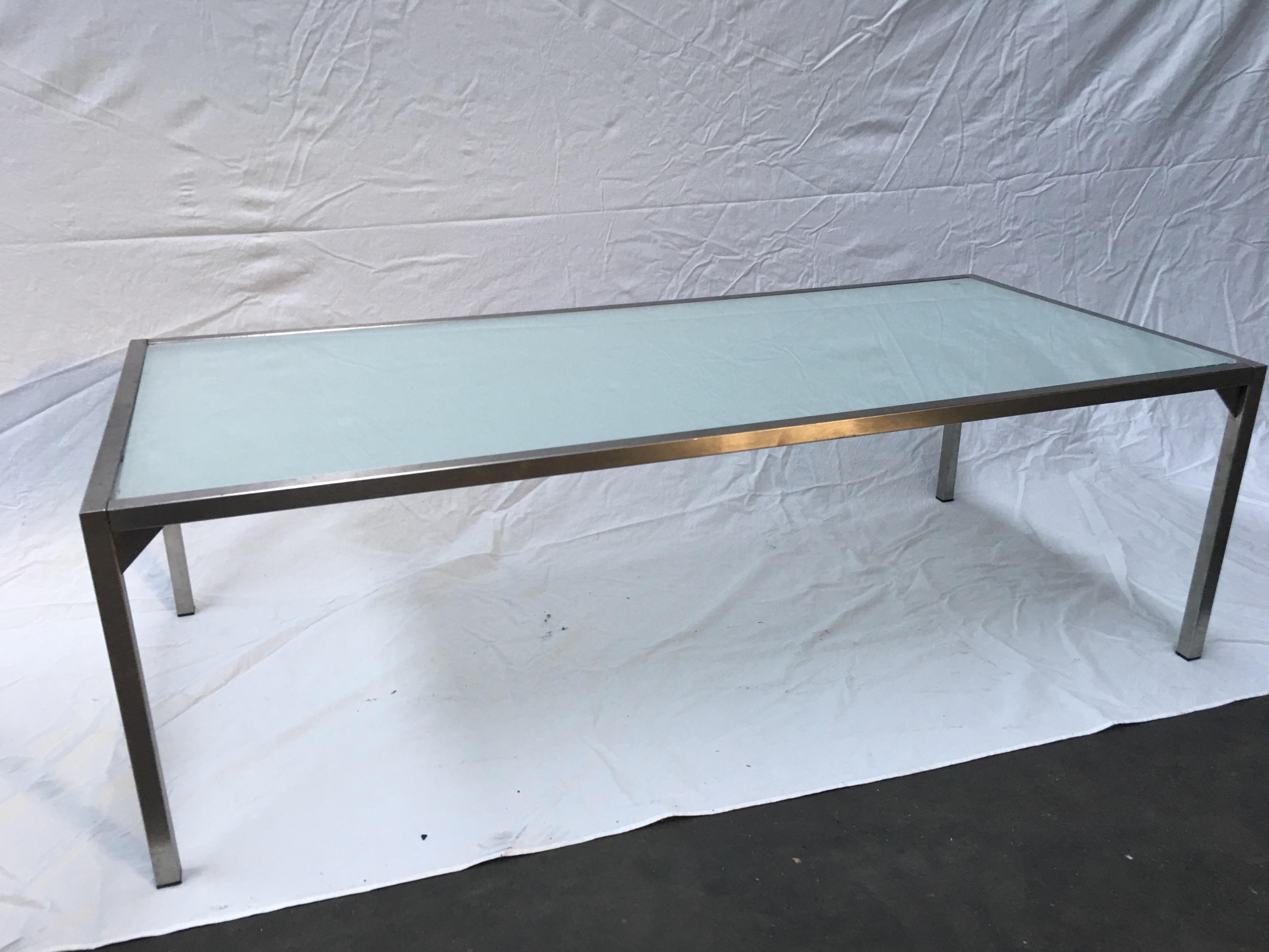 Tafels voor diverse doeleinden in diverse maten vanaf 20 euro We hebben nog 3 lage en 3 hoge tafels.Lage tafels : 20 euro, Hoge tafels 30 euro.Alle 6: 100 euro! De lagere tafels (145 x 65 cm.) hebben een glasplaat erin.Glasplaat heeft wel wat beschadigingen maar is los dus je kunt er gemakkelijk een andere plaat in leggen. Hoogte lage tafels is 45 cm. De hoge tafels zijn zonder glasplaat, dus die moet je er zelf bij zoeken of een normaal blad erop plaatsen. De tafels kunnen veel gewicht hebben.Hoge tafels zijn lengte x breedte: 165 x 80 cm, hoogte 80 cm. Dit is een afhaal artikel, voor deze prijzen is het voor ons niet de moeite om dit artikel in te pakken en te verzenden.