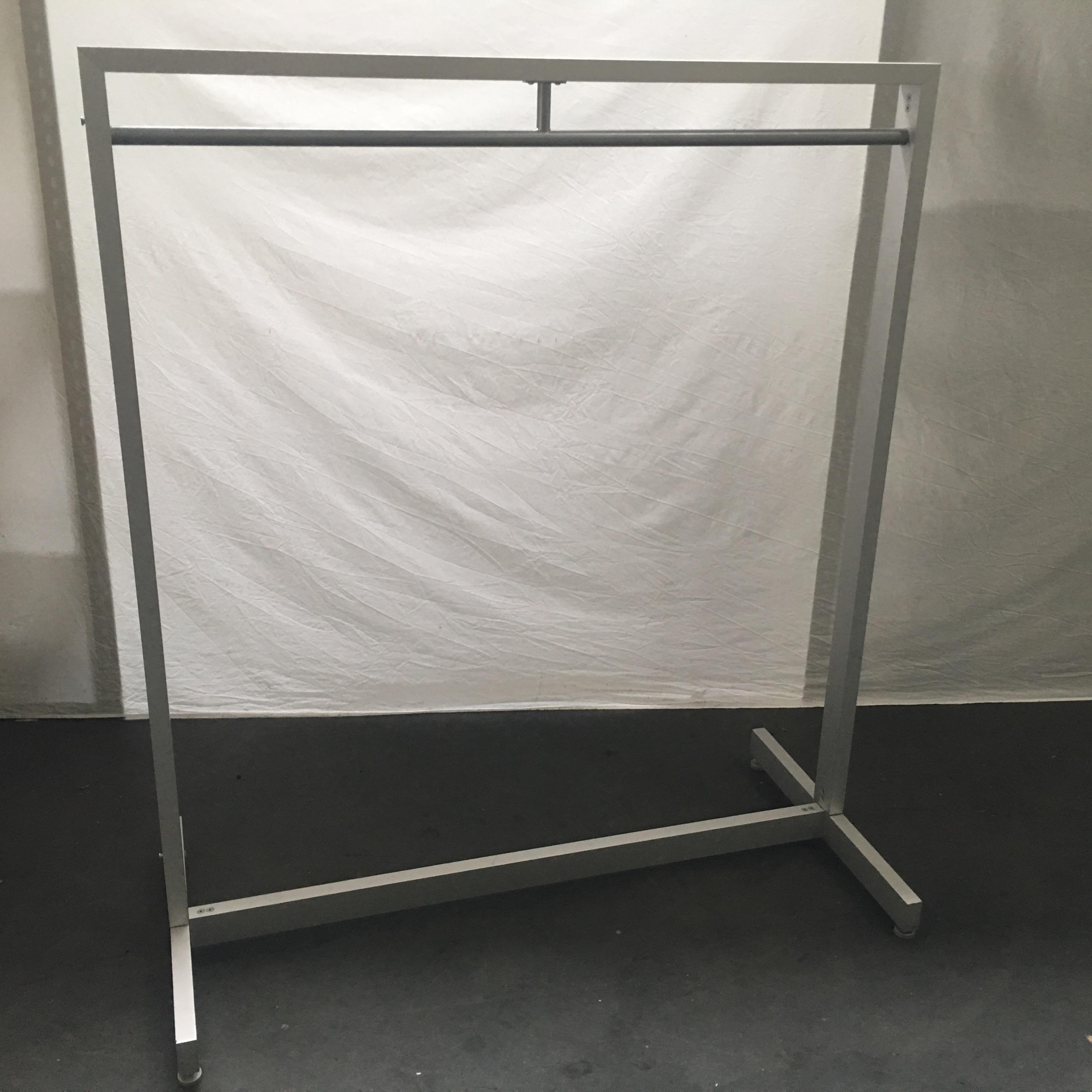 Aluminium kledingrek gebruikt. 125 cm breed, 140 hoog. gemakkelijk te demonteren voor vervoer. Stevig, stabiel rek met verstelbare poten. Prijs is een afhaal prijs, dit artikel kunnen we helaas voor deze prijs niet verzenden! Er zijn er 4 bij afname van alle 4 betaal je er 3!